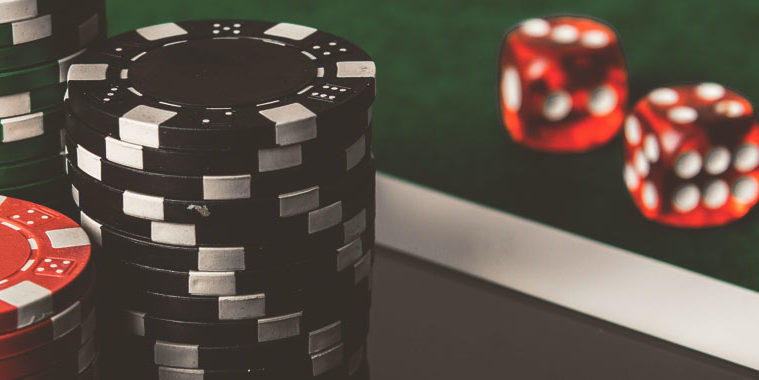 Compare the difference between the online and offline gambling games